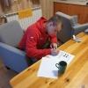 Zdjęcie promoujące wiadomosc - Wychowanek rozwiązuje zadania testowe na kartce