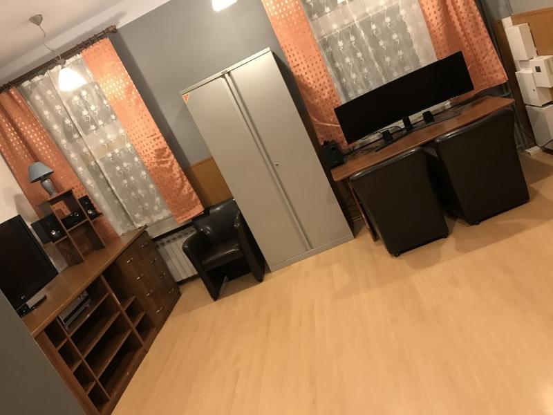 Pomiesczeni przygotowane do obróbki zdjęc i materiałów video. Z Fotelami oraz monitorami